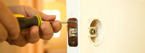 Handyman_services_front_door_repair